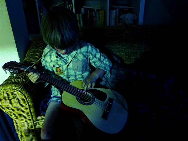 Thom playing Guitare