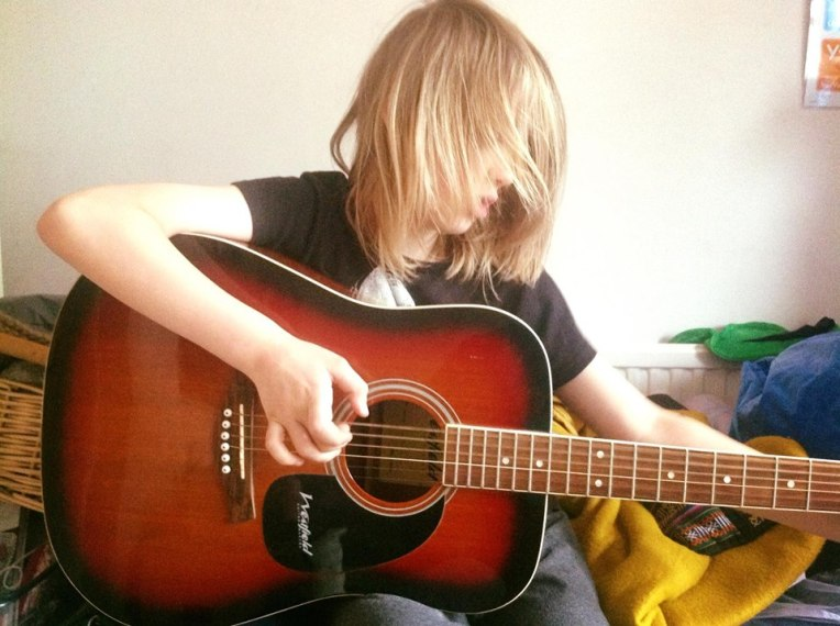 Thom playing the guitare